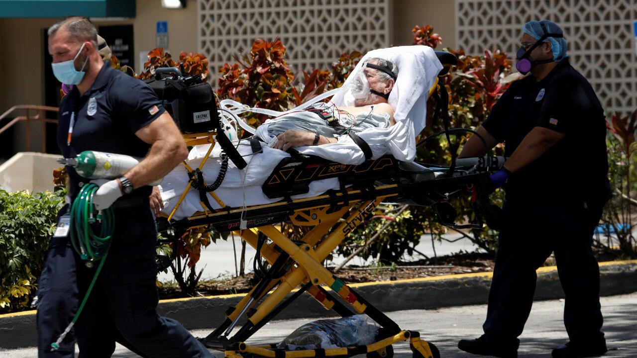 Los técnicos de emergencias médicas (EMT) salen con un paciente en el Hospital Hialeah donde se trata a los pacientes con enfermedad por coronavirus (COVID-19), en Hialeah, Florida, EE. UU., el 29 de julio de 2020.