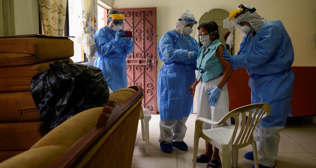 Personal médico del Ministerio de Salud de Ecuador realiza tests de coronavirus a una mujer de 80 años que muestra síntomas de la enfermedad, en su casa en Guayaquil, Ecuador, el 29 de abril de 2020.