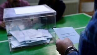 Un homme se prépare à voter à Vigo, en Galicie, le 25 septembre 2016