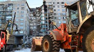 Una excavadora trabaja en la remoción de escombros en el lugar del colapso de parte del edificio en Magnitogorsk, Rusia, el 31 de diciembre de 2018.