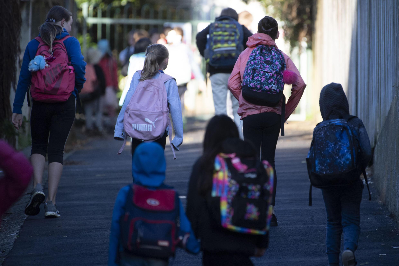 Los niños de Nueva Zelanda van a la escuela por primera vez en dos meses después de que se alivió el bloqueo del coronavirus
