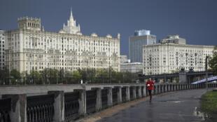أحد ممارسي رياضة الركض في موسكو في 5 أيار/مايو 2020.
