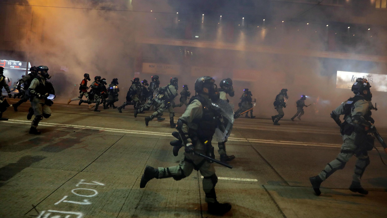 La policía antidisturbios ahuyenta a los manifestantes antigubernamentales durante la más reciente protesta, en Hong Kong, el 4 de octubre de 2019.