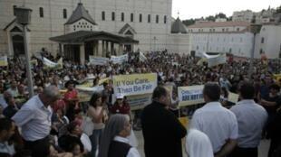 مسيحيون يتظاهرون أمام كنيسة البشارة في الناصرة 1 أيلول/سبتمبر 2015