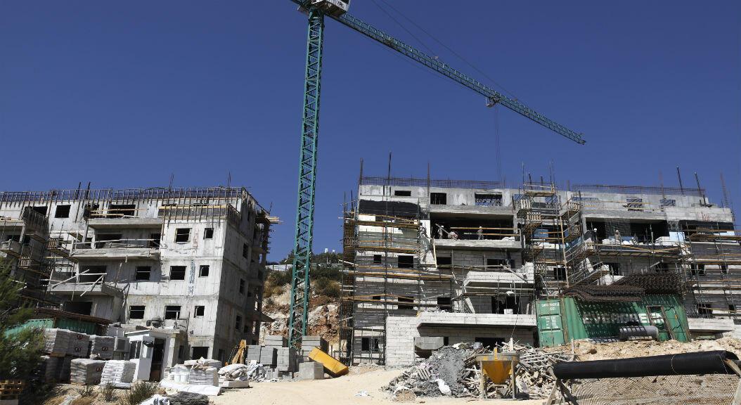 Trabajadores avanzan en obras de construcción, en el asentamiento israelí de Talmon en Cisjordania ocupada, al norte de Ramallah, el 31 de julio de 2019.