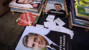 Les affiches des candidats à l'élection présidentielle française, le 4 avril 2017.