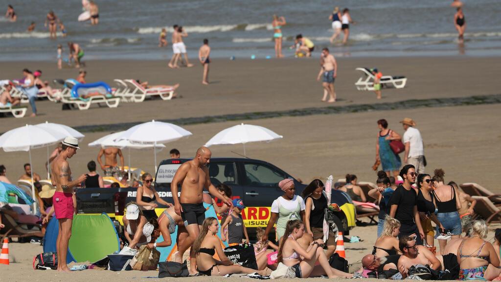 La gente disfruta de la playa durante un caluroso día de verano en Blankenberge, Bélgica, el 25 de julio de 2019.