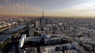 Vue aérienne sur Paris et son halo de pollution, le 15 septembre 2020