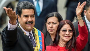 En esta foto tomada el 15 de enero de 2017, el presidente venezolano, Nicolás Maduro (izq.) y su esposa, Cilia Flores, saludan a los simpatizantes antes de la ceremonia en la que Maduro pronunció un discurso en la Corte Suprema de Justicia, en Caracas.