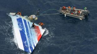 Foto tomada por la Marina brasilera mostrando una parte del avión de Air France accidentado en 2009 y que se desplomó en medio del océano Atlántico en la madrugada del 1 de junio de 2009.