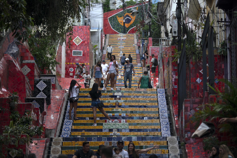 Turistas recorren la zona de Lapa en Rio de Janeiro el 29 de abril de 2021 cuando Brasil superó los 400.00 muertos por covid