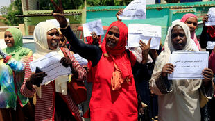 Miembros de la Alianza de grupos de Oposición de Sudán protestan y cantan consignas afuera del Banco Central de Sudán durante el segundo día de la jornada de desobediencia civil en Jartum, Sudán, el 29 de mayo de 2019.