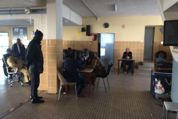 Dans le hall principal du foyer de Boulogne, les résidents ne parlent que de l'incendie de la nuit dernière.