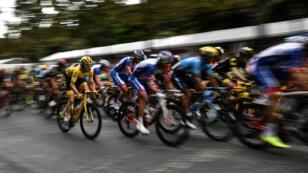 El británico Geraint Thomas paa a toda velocidad con el jersey amarillo de líder en la última etapa de la 105 edición del Tour de France el 29 de julio de 2018.