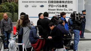 """مجموعة من الإعلاميين أمام مقر """"نيسان"""" في يوكوهاما باليابان 22 نوفمبر 2018"""