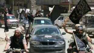 عناصر من جبهة النصرة يجوبون شوارع حلب شمال سوريا في 26 أيار/مايو 2015