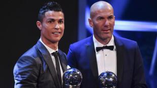 """Cristiano Ronaldo et Zinédine Zidane posent avec leurs trophées à l'issue de de la cérémonie des """"Meilleurs"""" de la Fifa organisée lundi 23 octobre à Londres."""