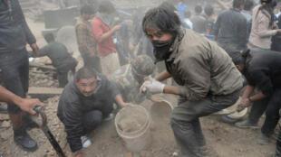 Des rescapés du tremblement de terre de Katmandou déblaient comme ils peuvent la place Durbar, samedi 25 avril.