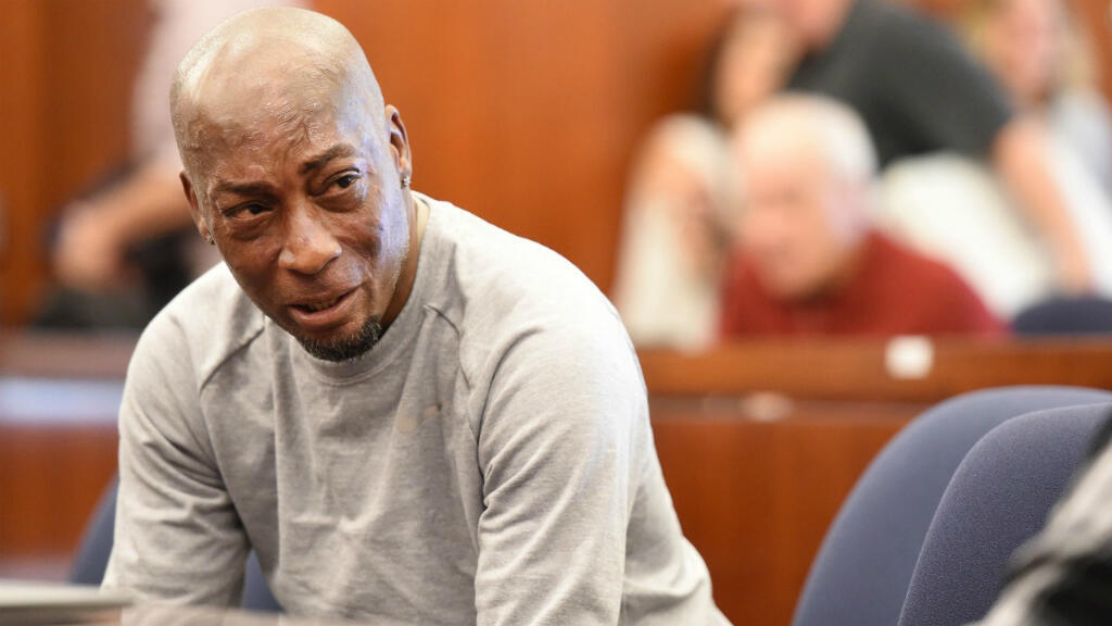 El demandante,Dewayne Johnson, reacciona después de escuchar el veredicto de su caso contra Monsanto en el Tribunal Superior de California en San Francisco. 10 de agosto de 2018.