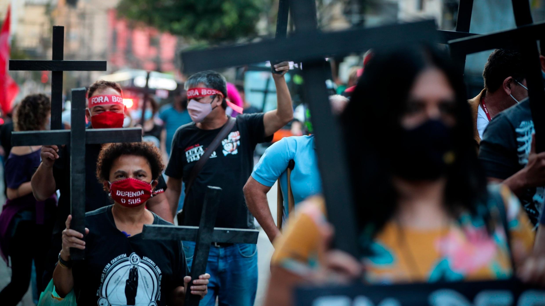 """Cientos de personas fueron registradas al llevar cruces negras, durante la caminata del """"Día de Luto"""", por las muertes que deja la pandemia de la COVID-19, en Sao Paulo. El 7 de agosto de 2020."""