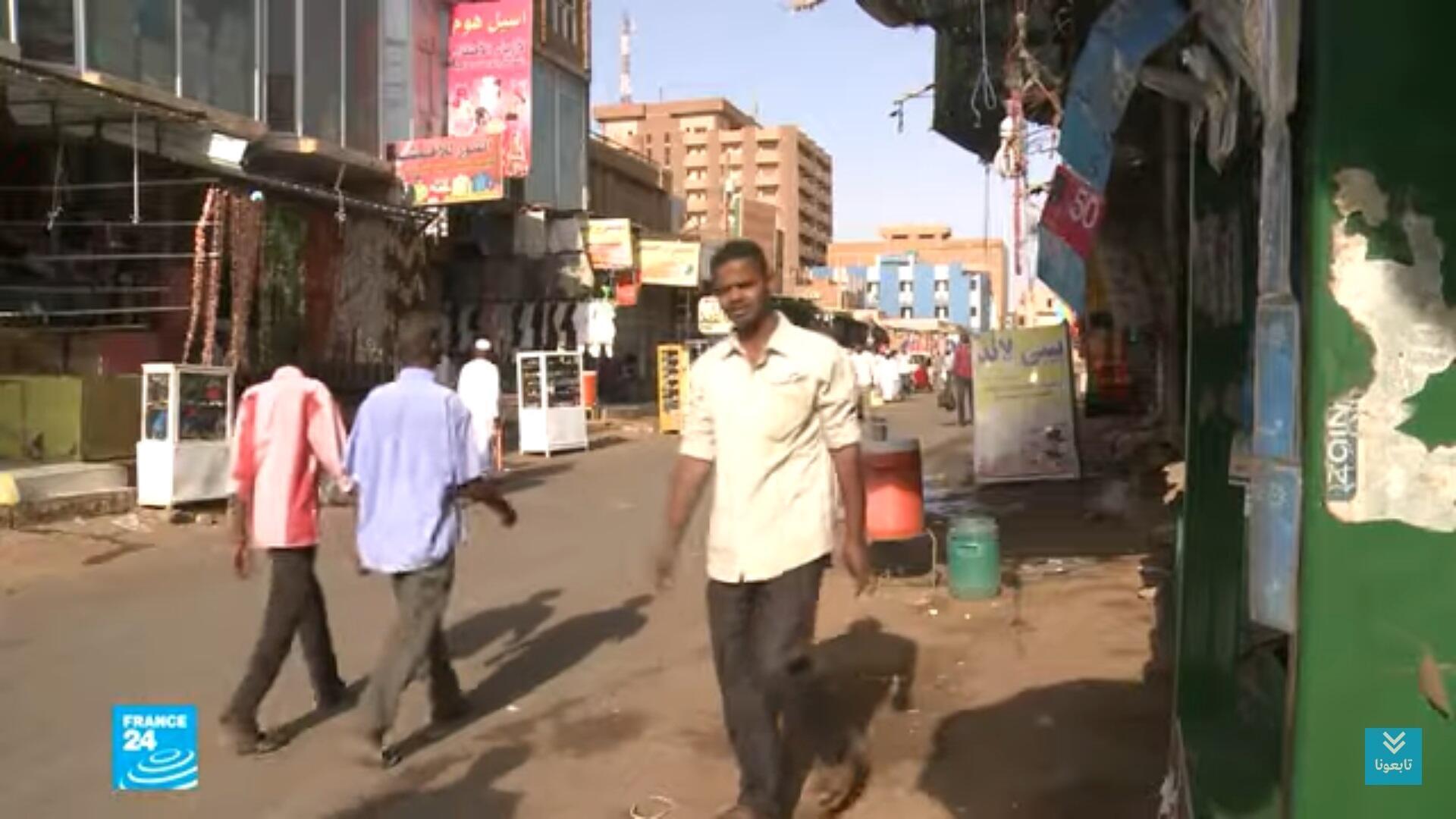 مارة في أحد شوارع السودان