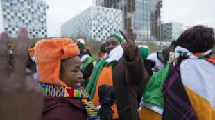 Des partisans de l'ex-président ivoirien Laurent Gbagbo devant la CPI, le 15 janvier 2019 à La Haye.