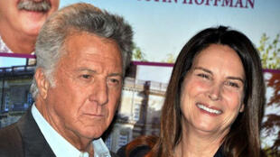 Depuis l'affaire Weinstein, Dustin Hoffman, ici avec sa femme, est accusé d'agressions et de harcèlement sexuels.