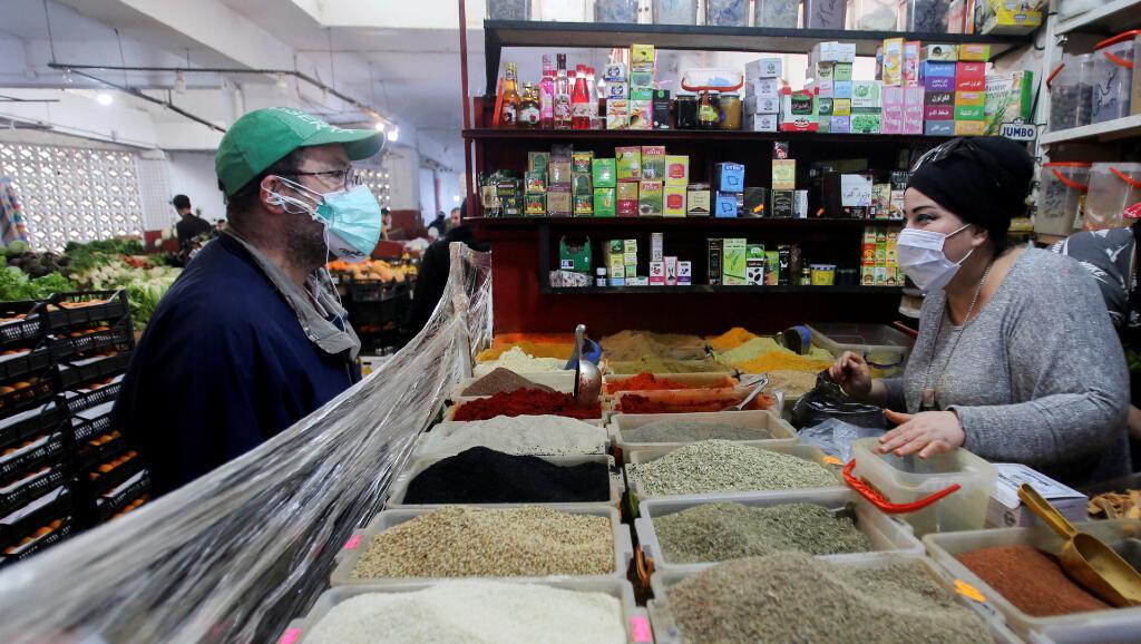 El 19 de abril de 2020, esta vendedora continúa con su negocio en Alger, la capital de Algeria, durante la pandemia del Covid-19.