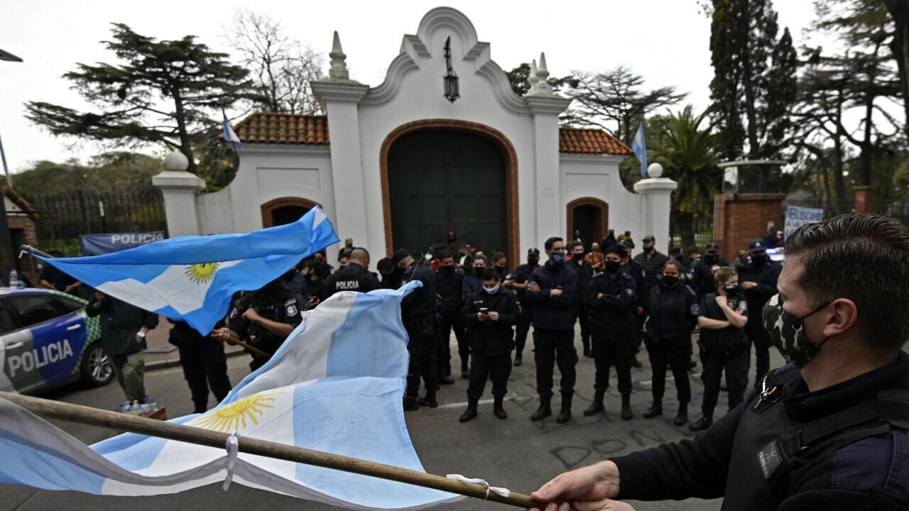 Oficiales de Policía se manifiestan frente a la residencia presidencial, la Quinta de Olivos, en la provincia de Buenos Aires, Argentina, el 9 de septiembre de 2020.