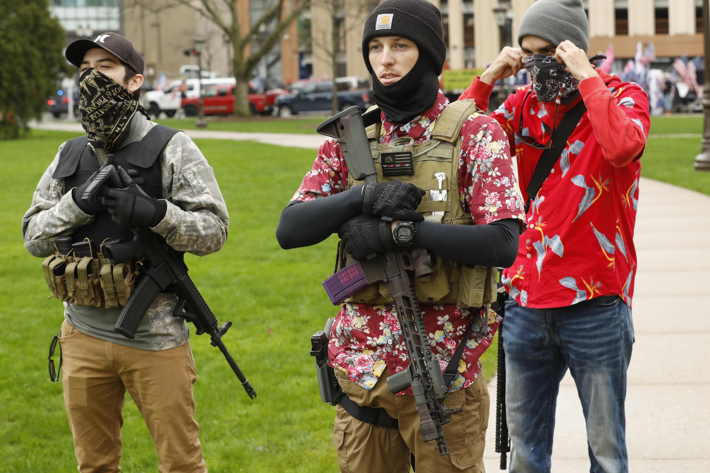 Les extrémistes qui se revendiquent de l'idéologie Boogaloo ont un code vestimentaire très particulier