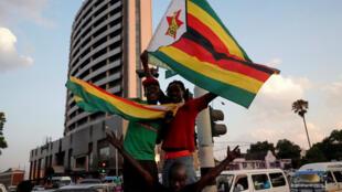 مظاهر فرح في شوارع عاصمة زيمبابوي بعد إعلان استقالة موغابي في 21 تشرين الثاني/نوفمبر 2017