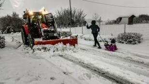 طريق مغطى بالثلج في شمال فرنسا