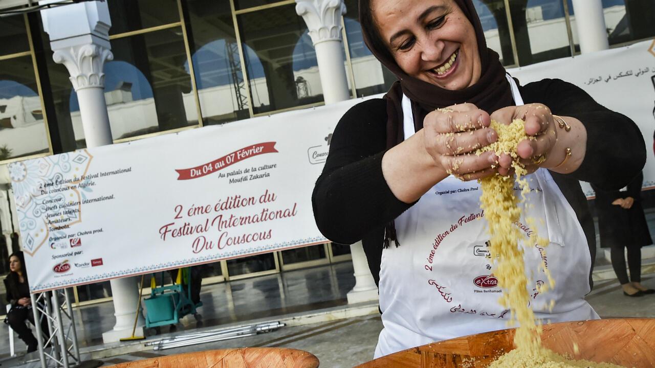 Une femme préparant un couscous durant la deuxième édition du Festival international du Couscous à Alger, le 7 février 2019.