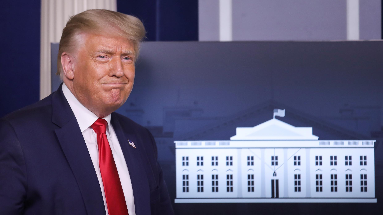 El presidente de los Estados Unidos, Donald Trump, llega para dirigirse a una reunión informativa del grupo de trabajo sobre la enfermedad por coronavirus en la Casa Blanca en Washington, EE. UU., 28 de julio de 2020.