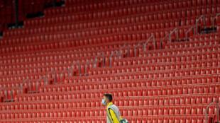 Un ramasseur de balles pendant le match Séville - Real Valladolid le 26 juillet 2020 au stade Ramon Sanchez Pizjuan de Séville