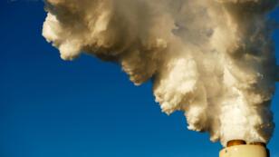 De la fumée s'échappe de la centrale électrique Duke Energy de Sherills Ford (Caroline du Nord), aux États-Unis, le 29 novembre 2018.