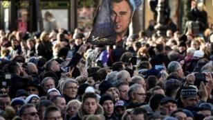 Devant l'église de la Madeleine, à Paris, la foule était compacte samedi pour rendre hommage au chanteur.