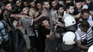 الشرطة اليونانية تحاول تنظيم طابور من المهاجرين في 12 آب/أغسطس 2015