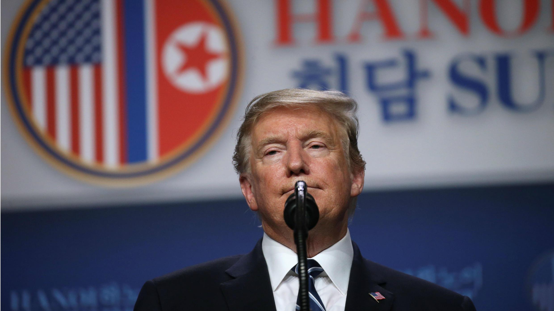 El presidente de Estados Unidos, Donald Trump, da una conferencia de prensa después de su reunión con el líder norcoreano Kim Jong en Hanói, Vietnam, el 28 de febrero de 2019.