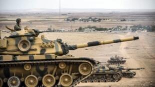 Des tanks de l'armée turque positionnés près de la frontière syrienne (archives).