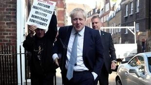 بوريس جونسون أمام مقر مكتبه في لندن- 23 يوليو/تموز 2019.