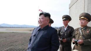 El líder norcoreano, Kim Jong-un, brinda orientación mientras asiste a un entrenamiento de vuelo de la Unidad 1017 del Ejército del Pueblo Popular de Corea, la Fuerza Aérea, en un lugar no revelado en esta foto del 16 de abril de 2019.