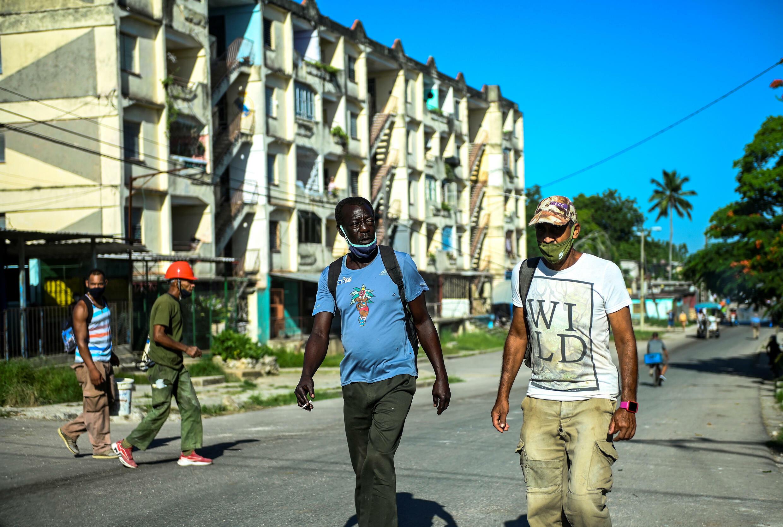 Personas caminan por la calle  La Ginera en la municipalidad Arroyo Naranjo de La Habana, el 13 de julio de 2021