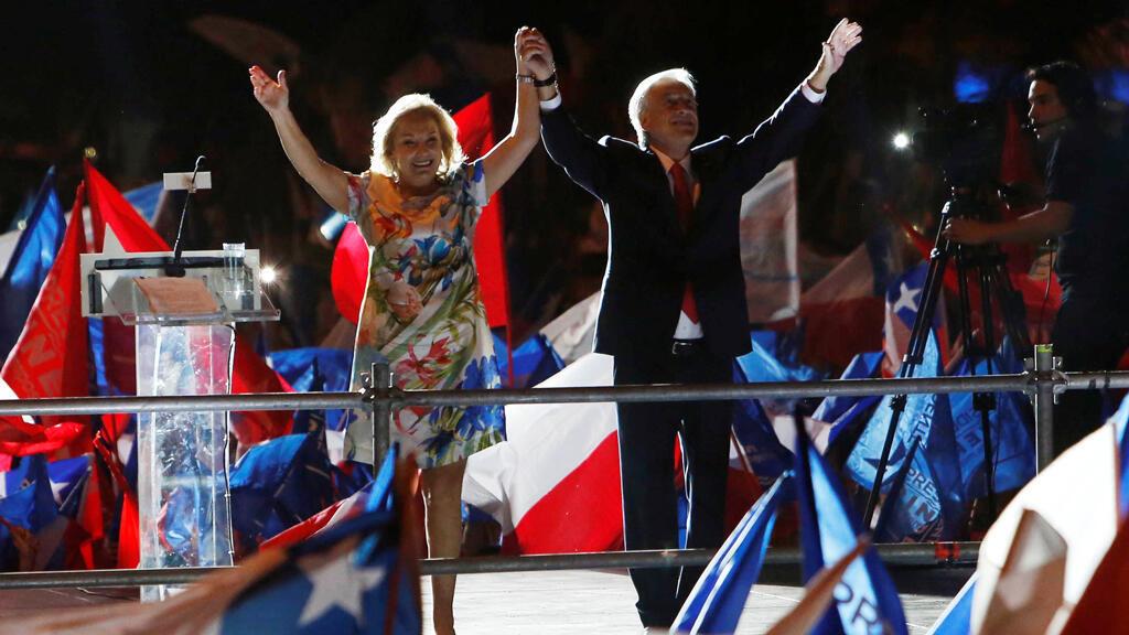 El candidato presidencial Sebastián Piñera y su esposa Cecilia Morel saludan a sus seguidores después de ganar las elecciones presidenciales de Chile en Santiago, Chile, el 17 de diciembre de 2017
