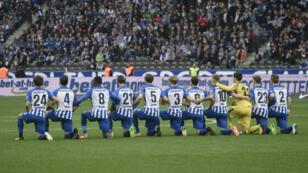 Los jugadores del Hertha de Berlín se arrodillan antes de su partido ante el Schalke. 14/10/2014