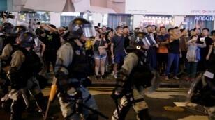 ضباط شرطة مكافحة الشغب يحيطون متظاهرين في هونغ كونغ، الصين، 17 آب/أغسطس 2019.