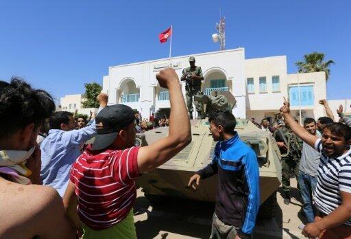 تونسيون عاطلون عن العمل يتظاهرون أمام مكتب والي تطاوين في 22 أيار/مايو 2017