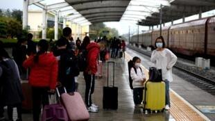 ركاب في محطة قطار في ماشينغ في مقاطعة هوباي في 26 آذار/مارس 2020