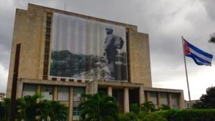 La photo de Fidel Castro recouvre la bibliothèque nationale place de la Revolution, à La Havane.