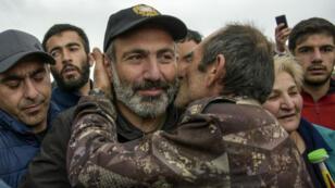 """L'opposant arménien, Nikol Pachinian, accueilli en """"héros"""" à Gioumri, la deuxième ville du pays, vendredi 27 avril."""